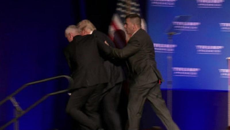 Retiran a Donald Trump de escenario por amenaza de seguridad