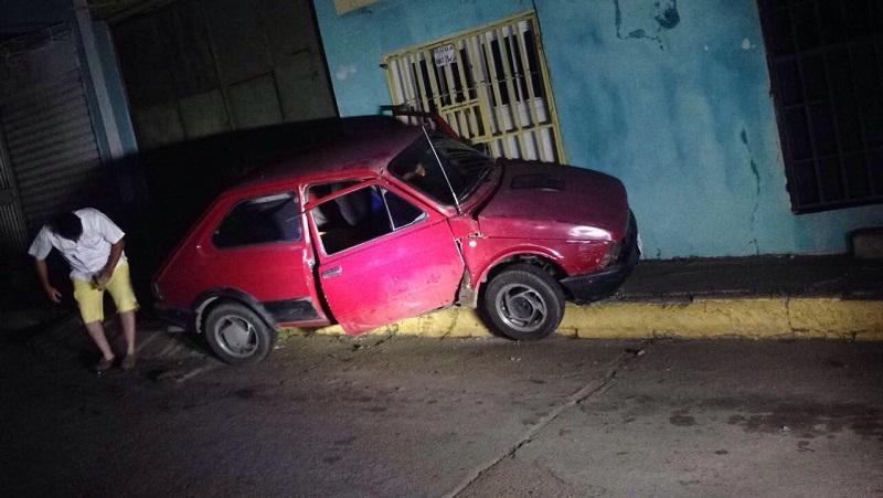 Conductor pierde el control de su vehículo y se estrella contra casa