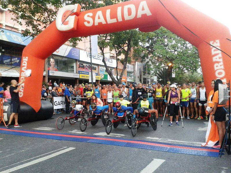 La guariqueña Estelia Ospina en el podio de la competencia Gatorade 10K