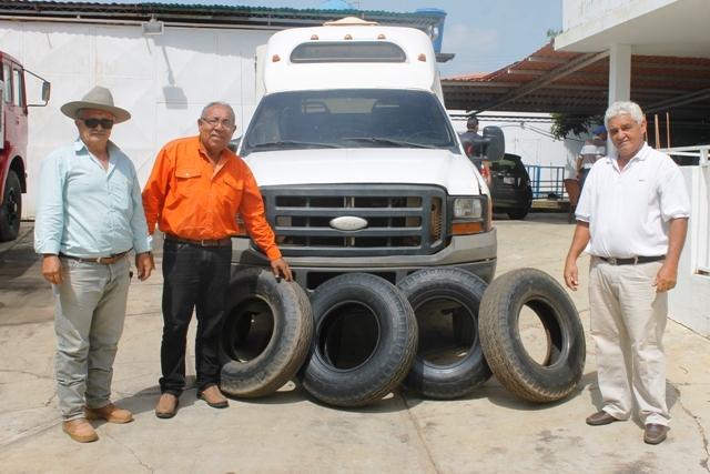 Alcaldía de Infante entrega cauchos a unidad de transporte La Pascua-Parmana