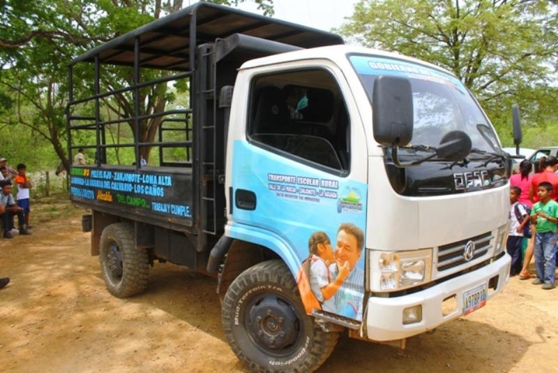 Alcalde Pedro Loreto entregó transporte escolar a comunidad rural Zanjonote