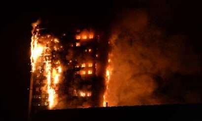 Espectacular incendio destruye un edificio en Londres