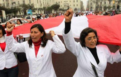 Médicos de Perú iniciaron huelga indefinida