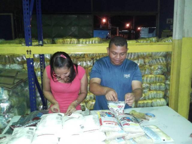 Empaquetando alimentos en mercal