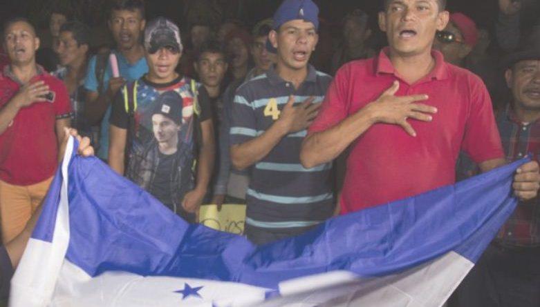 """Hondureños no """"escuchan"""" barreras, los mueve la esperanza de una vida mejor."""