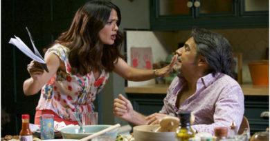 """Salma Hayek y Eugenio Derbez en una escena de la pelicula """"Como ser un latin Lover"""""""