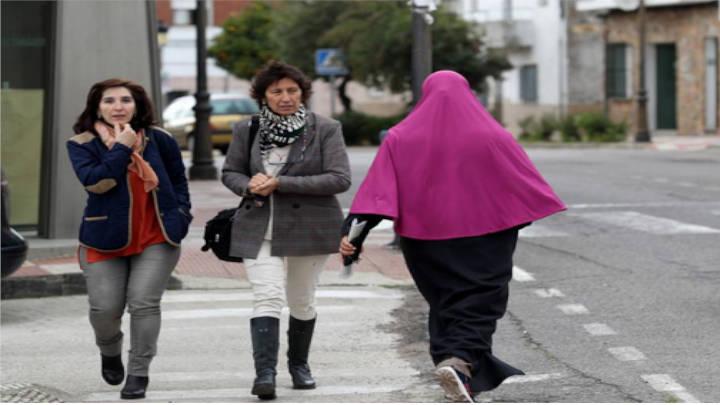 Mujeres españolas y marroquíes caminan sin diferenciación