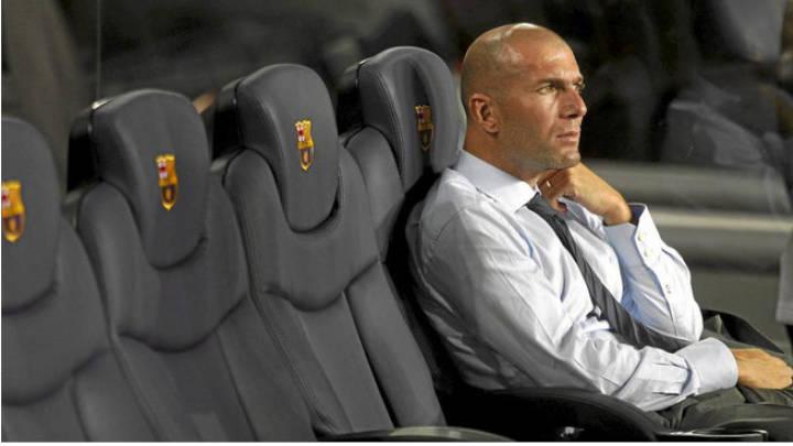 Zinedine Zidane en el banquillo