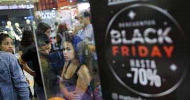 """Compradores en el """"Black Friday"""" en Caracas"""