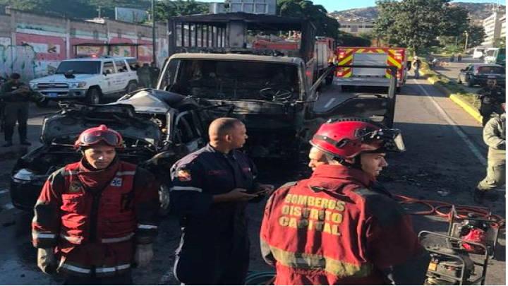 Los bomberos del Distrito Capital llegaron al lugar del siniestro.