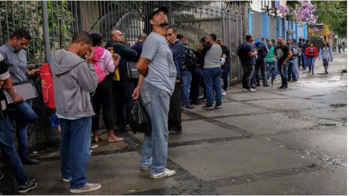 Una larga cola para la Feria del trabajo semanal en Bogotá