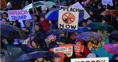 """Ciudadanos norteamericanos protestando a favor del """"impeachment"""