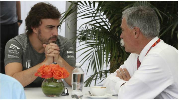 Alonso en una conversación con Carey en una competencia.