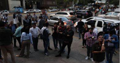 Grupos de diputados afuera de las oficinas del líder opositor
