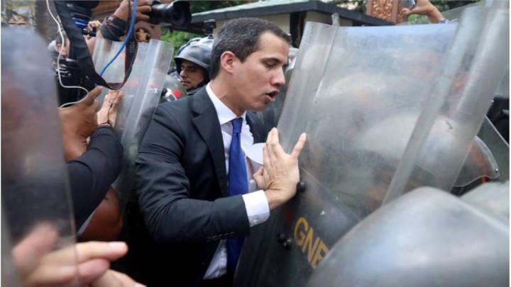 Momento en que la Guardia Nacional le cierra el paso al líder opositor