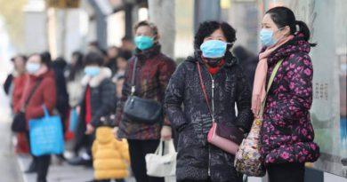 La comunidad de Wuhan se protege con mascarillas ante el brote del coronavirus