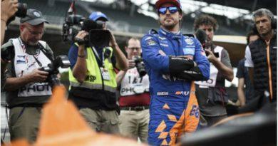 Alonso en una conversación con la McLaren