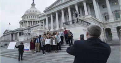 Grupos de jóvenes manifestantes en contra de las políticas de Trump