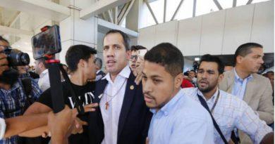 Juan Guaidó en el momento de su llegada al aeropuerto Internacional de Maiquetía