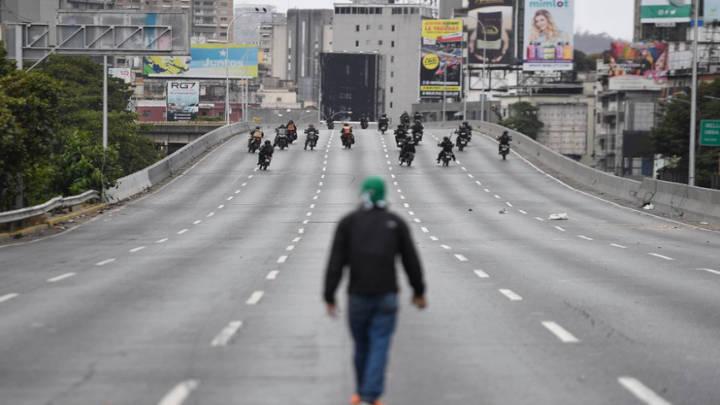 Un manifestante observa las fuerzas policiales en su avance hacia la masa concentrada