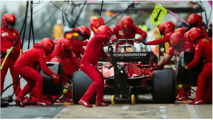 El auto junto a Leclerc en uno de los test de la pretemporada