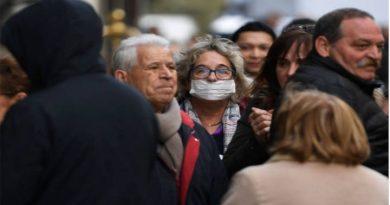 Persona con mascarilla en prevención al coronavirus