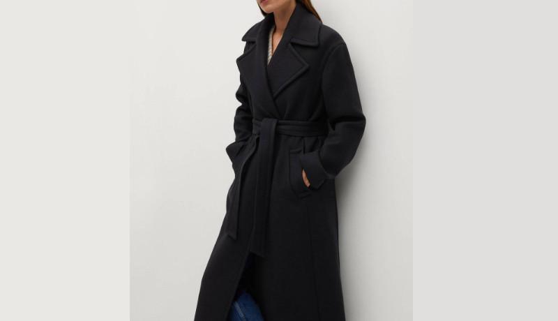 El Abrigo de color negro y cinturón