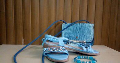 sandalias planas, mini bolso y pulsera artesanal