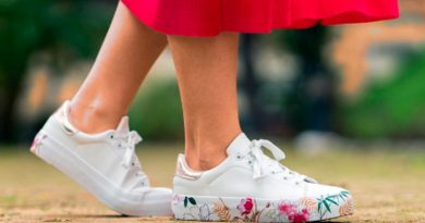 zapatillas blancas deportivas adornos flores en suela