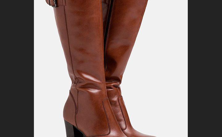 Las botas de tacón alto color marrón